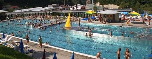 8412122842 Vodný raj Vyhne Aquapark Vodný raj Vyhne vzdialený od jazera Počúvadlo len  20 kilometrov je situovaný na mieste kedysi preslávených kúpeľov.